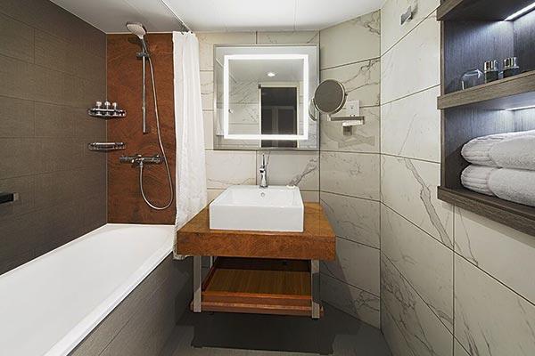 continent-suite-bathroom-tub_room_600x400