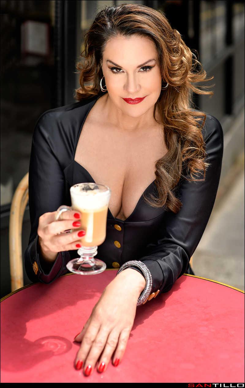 Dominatrix Gweneth profesional en café en vestido negro