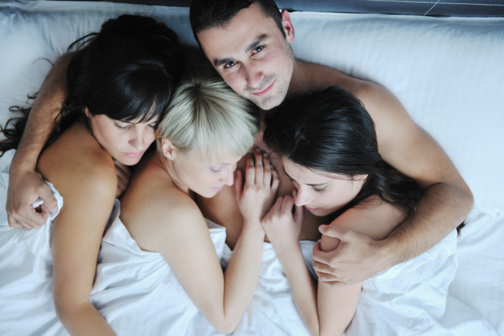 Трое парней на одной кровати видео